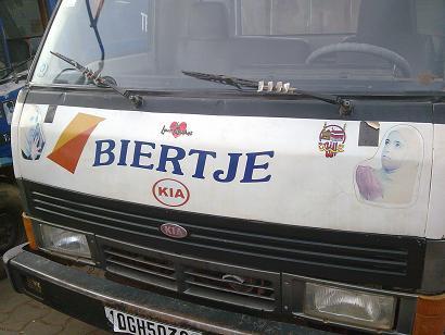 Dit busje was volgeplakt met moslim symbolen en Arabische teksten. Maar het busje komt waarschijnlijk uit Nederland...
