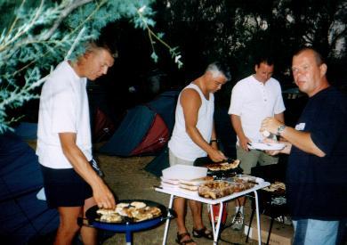 Met Geert (shirt zonder mouwen) aan de barbeque...
